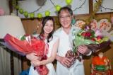 花束をもらい感極まる(左から)佐野史郎、足立梨花(C)東海テレビ