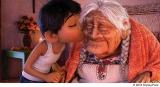 ミゲルとひいおばあちゃんママ・ココ。「リメンバー・ミー」を歌う感動的なシーンが披露された