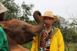 7月15日放送、RKB・TBS系ドキュメンタリー『地球に生きる仲間たち!〜絶滅危惧種に会いに行こう in アフリカ〜』より。ゾウの孤児院を訪れた時のEXILE USA(C)RKB