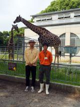 7月15日放送、ケニアロケから帰国後、大牟田市動物園の飼育員・河野成史さん(右)のもとを訪ねたEXILE USA(左)に話しを聞いた (C)ORICON NewS inc.