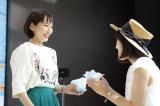 ファンに手作りかき氷を振る舞った吉岡里帆(左)