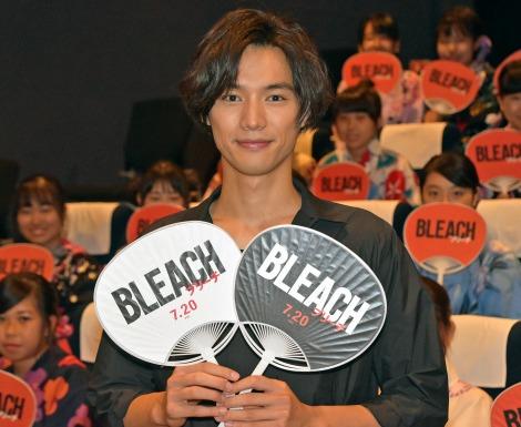 映画『BLEACH』の公開直前イベントでファンにうちわを手渡した福士蒼汰 (C)ORICON NewS inc.