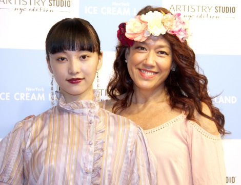 山田愛奈(左)のルックスを絶賛したLiLiCo  =『New York ICE CREAM LAND supported by ARTISTRY STUDIO』オープニングイベント (C)ORICON NewS inc.