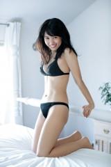 『週刊ヤングジャンプ』33号に登場する逢田梨香子 (C)佐藤裕之/集英社