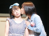 AKB48のチーム8単独舞台「KISS KISS KISS」公開ゲネプロに参加した(左から)�M咲友菜、山田菜々美 (C)ORICON NewS inc.