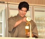 ビアサーブしビールを振る舞ったた鈴木亮平 (C)ORICON NewS inc.
