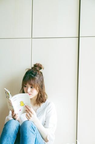 大好きなマンガを読む松村沙友理 (C)小学館