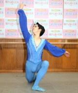 簡単なパフォーマンスを披露した中尾太亮=『キエフ・クラシック・バレエ チャイコフスキー「夢の3大バレエ」』公演後の囲み取材 (C)ORICON NewS inc.