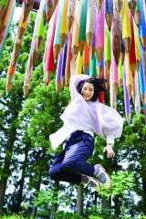 【写真】自然の中で大ジャンプ! 無邪気な姿を見せるのん 撮影:RYUGO SAITO