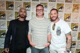 米サンディエゴで開催された『コミコン2018』で、映画『ヴェノム』(11月2日、日本公開)のプレゼンテーションに登壇した(左から)リズ・アーメッド、ルーベン・フライシャー監督、トム・ハーディ