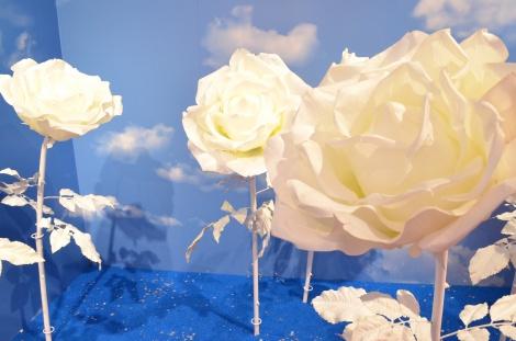 青空に映える白いバラが印象的なブース (C)oricon ME inc.