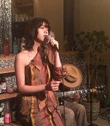 池田エライザ、7月27日放送、NHK・BSプレミアム『The Covers』で昭和の名曲「異邦人」を歌う(C)NHK