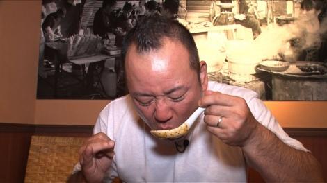 28日放送のバラエティー番組『実は○○で食べてます』でバイきんぐ・西村がグルメロケ(C)カンテレ