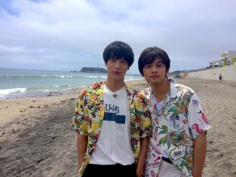 NHK総合『もふもふモフモフ』湘南海岸を訪れた(左から)中川大志、北村匠海(C)NHK