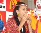 マクドナルド『ご当地グルメバーガー祭 2018』会見に出席した浅田舞 (C)ORICON NewS inc.