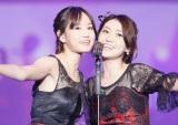 前田敦子の結婚を祝福した大島優子(2015年『AKB48劇場オープン10年祭』より)(C)AKS