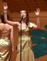 ゴールドのゴージャスな衣装で歌唱を披露する観月ありさ (C)ORICON NewS inc.