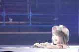 顔、マイク、ハンディカメラは白い粉まみれの松村香織 (C)ORICON NewS inc.