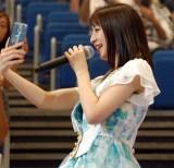 推し席のファンのスマホで自撮りする松岡菜摘=『AKB48グループ感謝祭〜ランクインコンサート〜』初日 (C)ORICON NewS inc.