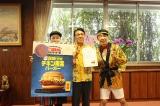宮崎市長を表敬訪問したダンディ坂野と戸敷正市長(中央)