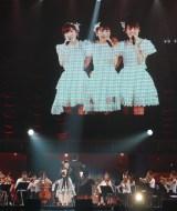 三銃士の映像などをバックに熱唱する総選挙5位・岡田奈々=『AKB48グループ感謝祭〜ランクインコンサート』の模様 (C)ORICON NewS inc.