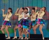 SKE48のメンバーをバックに「抱きしめちゃいけない」を歌った大場美奈=『AKB48グループ感謝祭〜ランクインコンサート』の模様 (C)ORICON NewS inc.