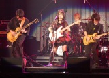 自前のギターを演奏しながら「AKB参上!」を熱唱した向井地美音=『AKB48グループ感謝祭〜ランクインコンサート』の模様 (C)ORICON NewS inc.