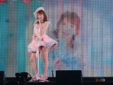 自身が編集したミュージックビデオをバックに「キャンディー」を披露した吉田朱里=『AKB48グループ感謝祭〜ランクインコンサート』の模様 (C)ORICON NewS inc.