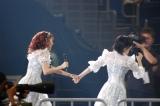手をつないで外周をダッシュする岡田奈々と宮脇咲良=『AKB48グループ感謝祭〜ランクインコンサート』の模様 (C)ORICON NewS inc.
