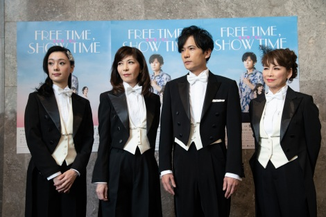 舞台『FREE TIME, SHOW TIME 君の輝く夜に』の初日前ゲネプロに出席した(左から)中島亜梨沙、安寿ミラ、稲垣吾郎、北村岳子