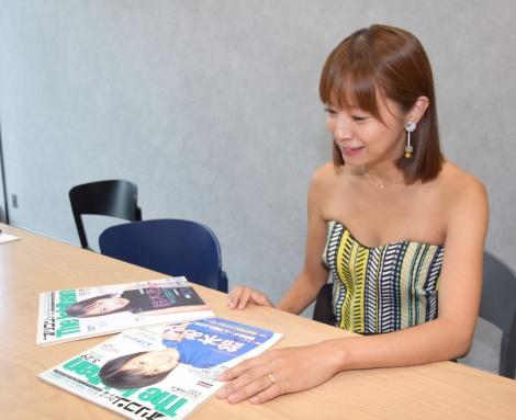 デビュー当時に表紙を飾った『オリコン・ウィーク The Ichiban』を眺める鈴木亜美=デビュー20周年イヤーインタビュー (C)ORICON NewS inc.