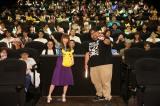 『劇場版ポケットモンスター みんなの物語』応援上映会で観客と写真撮影 (C)Nintendo・Creatures・GAME FREAK・TV Tokyo・ShoPro・JR Kikaku (C)Pok?mon(C)2018 ピカチュウプロジェクト