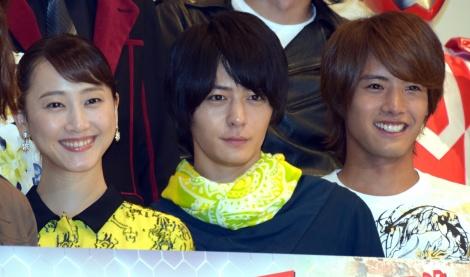 『劇場版 仮面ライダービルド Be The One』の初日舞台あいさつに出席した(左から)松井玲奈、犬飼貴丈、赤楚衛二