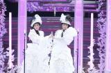 NHK総合『第50回思い出のメロディー』(8月18日放送)で10年ぶりに一夜限りの復活を果たすWink(左から)鈴木早智子、相田翔子(C)NHK
