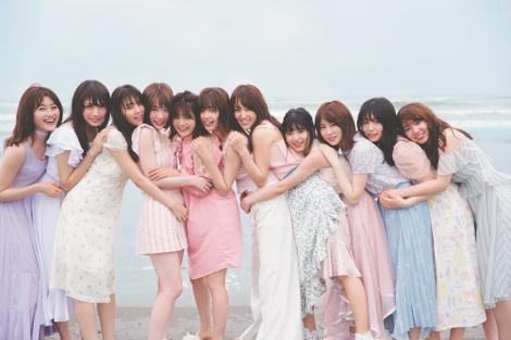 サムネイル 「チームかわいい欅」の海辺での集合写真