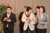 コント「囲み取材」より。半年ぶりにゲス記者(中央/田中直樹)登場(C)NHK