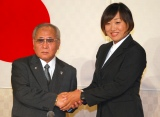 (左から)日本ボクシング連盟会長の山根明氏、山崎静代 (C)ORICON NewS inc.