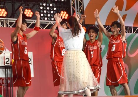 早見あかりの成功に喜ぶメンバー=映画『走れ!T校バスケット部』キックオフミーティング (C)ORICON NewS inc.