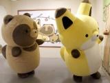 フォトスポットで遊ぶタヌキとキツネ=『タヌキとキツネ』の企画展『タヌキとキツネ展 〜タヌキ山にようこそ!〜』 (C)ORICON NewS inc.