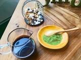 『抹茶スモアフラペチーノ』の具材。上から時計回りにマシュマロ、抹茶パウダー、チョコレートソース(C)oricon ME inc.