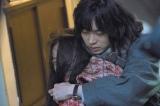 菅田将暉(右)が恋人役・趣里にバックハグ