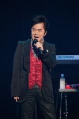 50周年記念ライブで熱唱する水木一郎