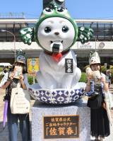 佐賀春像と記念写真を撮るファン
