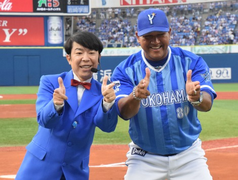 (左から)ダンディ坂野、ラミレス監督 (C)ORICON NewS inc.