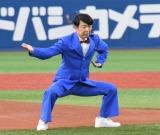 DeNAベイスターズ対阪神タイガース戦始球式に登場したダンディ坂野