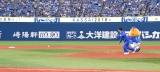 ラミレス監督に打ち返されたボールを必死に追いかけるダンディ坂野 (C)ORICON NewS inc.