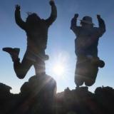 初回は梶裕貴と「富士山ご来光ツアー」(C)オカモトラベル製作委員会