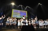 BNK48伊豆田莉奈の目視で『グループ対抗MC選手権』の勝者を決定(C)AKS