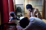 色鉛筆を手に絶命している日暮を発見する(C)テレビ朝日
