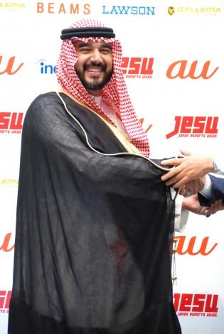 握手を交わすファイサル・ビン・バンダル・アール・サウード殿下=eスポーツ国際親善試合調印式 (C)ORICON NewS inc.